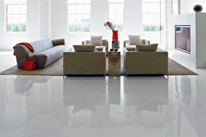 pulire un pavimento in resina