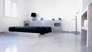 pavimento-zona-notte-grigio-perla-liscio-resina-rivestimento-microcemento-spalliera-letto-comodini