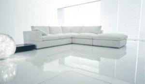 salotto-con-pavimento-in-resina-bianco